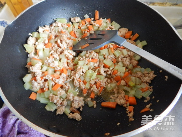 沙茶莴笋肉末凉拌米线怎么煮