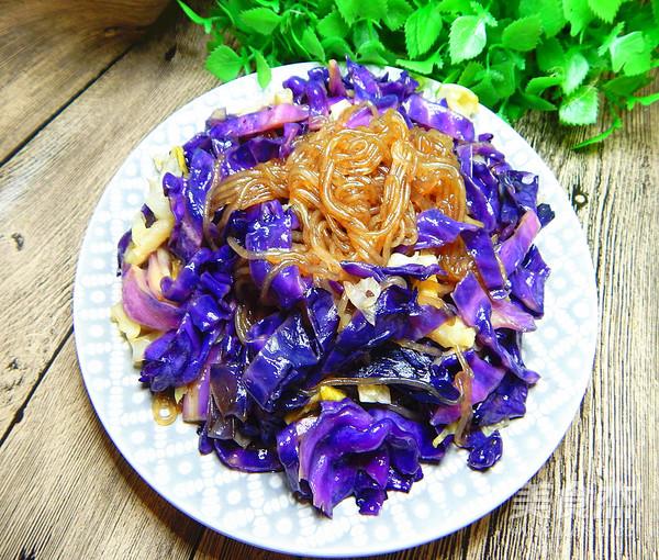 紫包菜炒粉条成品图