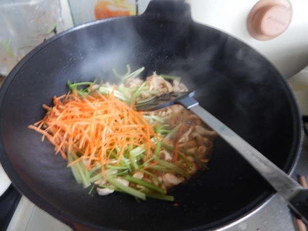 芹菜鸡肉炒米线怎么炒
