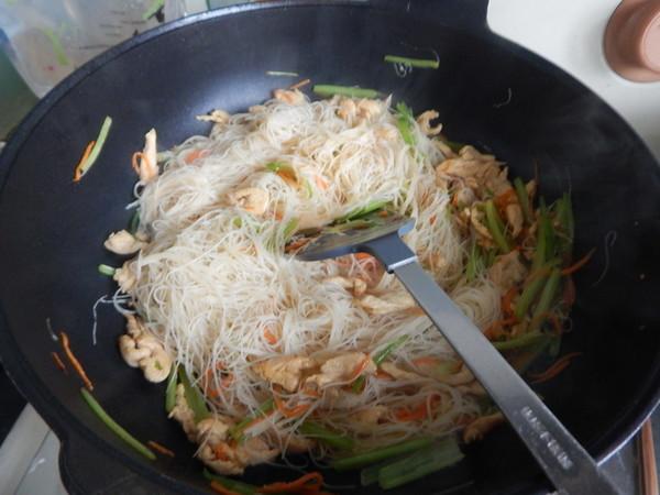 芹菜鸡肉炒米线怎么煸