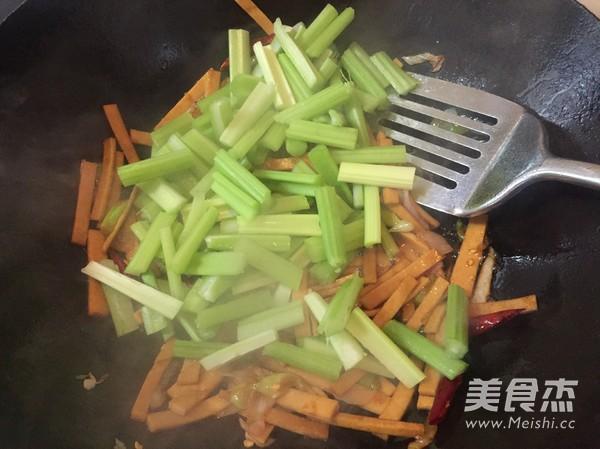 西芹炒豆干怎么做