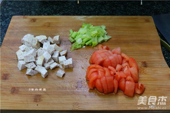 芋香腊肉番茄煲仔饭怎么做