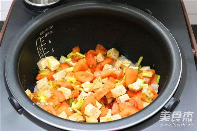 芋香腊肉番茄煲仔饭怎样做