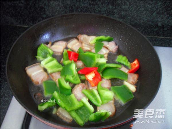 五花肉煸灯笼椒的简单做法