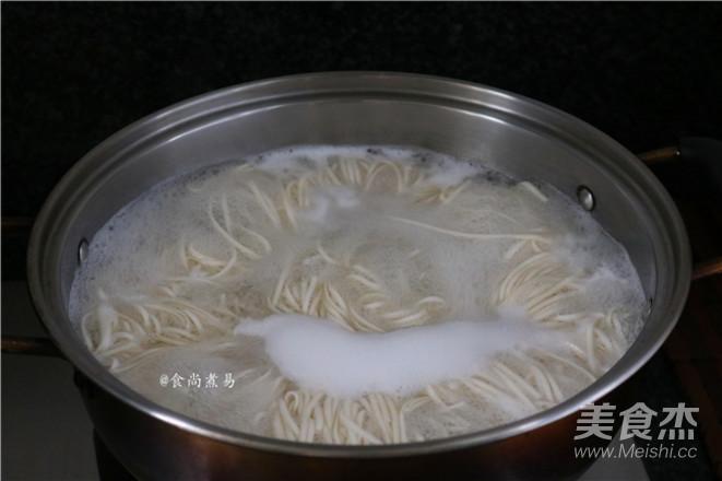 辣椒豆豉鲮鱼拌面的简单做法