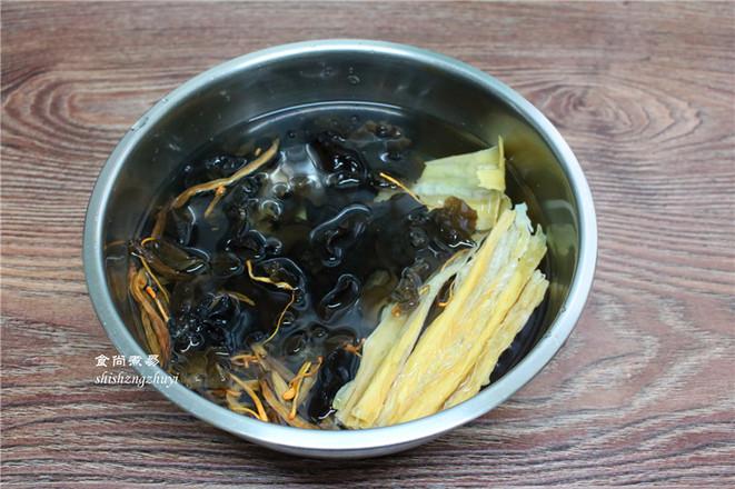 木耳黄花菜煲腐竹的家常做法