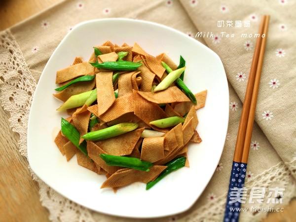 蒜苗炒豆腐皮成品图