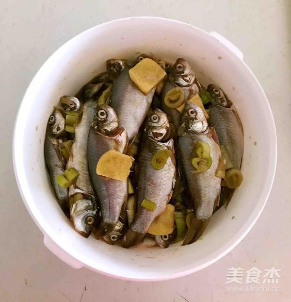 酥炸鲫鱼的简单做法
