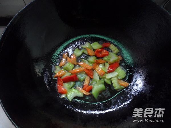 西芹炒鱼块的简单做法