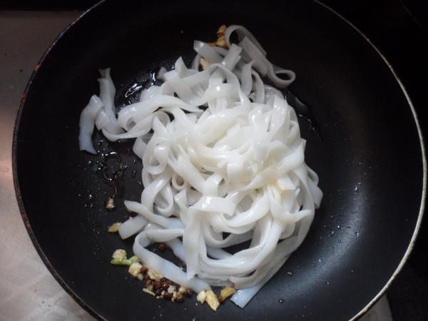 三丝炒河粉怎么吃