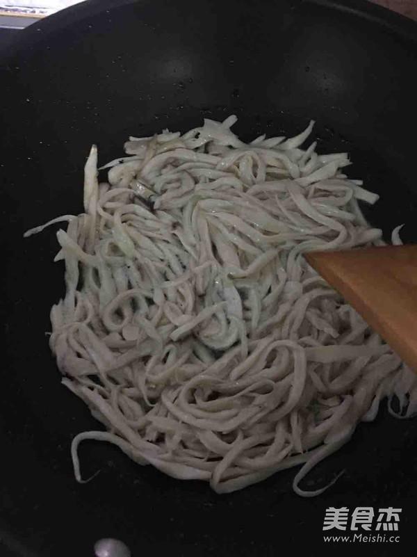 干煸肉丝杏鲍菇的家常做法