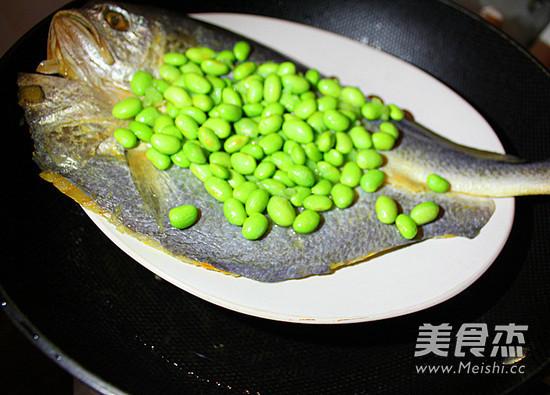毛豆子蒸大黄鱼的简单做法
