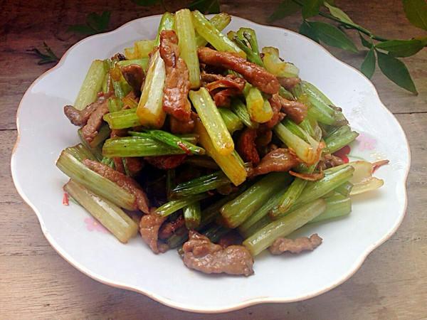 芹菜炒肉成品图