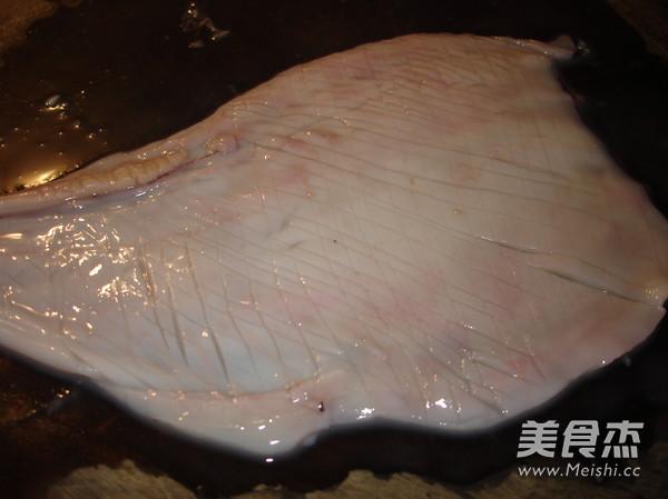 韭菜苔炒鱿鱼及清理的制作方法