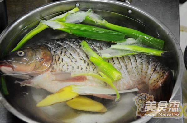 水煮油泼鲤鱼怎么吃