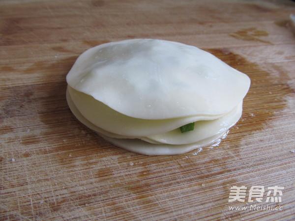 饺子皮版葱油饼怎么炒