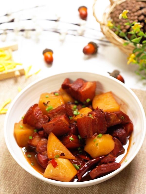 红烧肉炖土豆成品图