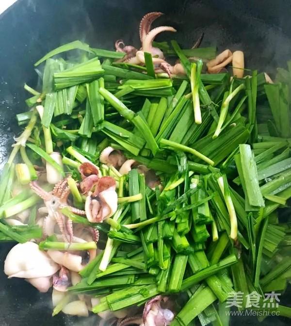 韭菜炒笔管鱼的步骤