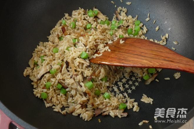 腊肉香菇炒糙米饭怎么煮