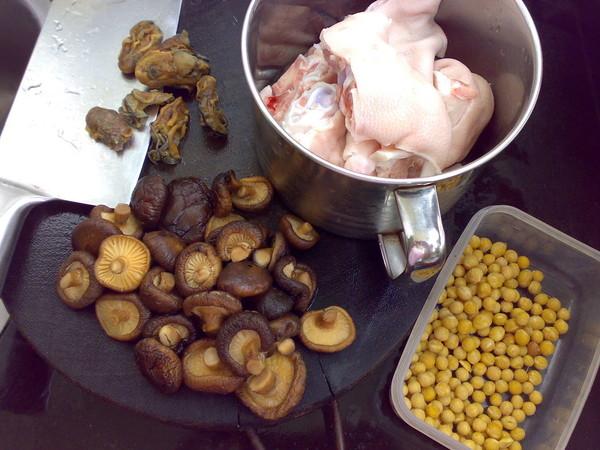 冬菇黄豆猪蹄汤的做法大全
