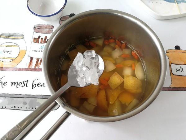 春季趁这水果正合时,学做一道润喉养肺的甜品,对症易上火的人士的简单做法