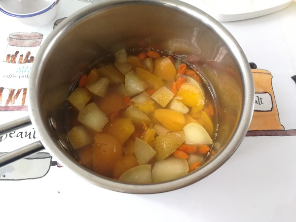 春季趁这水果正合时,学做一道润喉养肺的甜品,对症易上火的人士怎么吃