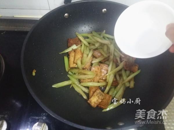 芹菜炒豆腐怎么炒