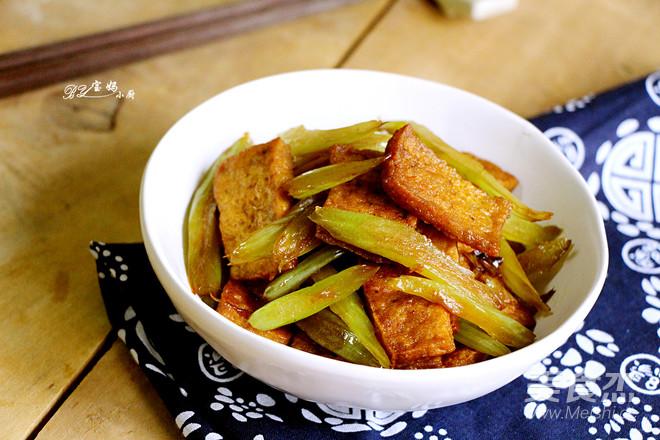 芹菜炒豆腐成品图