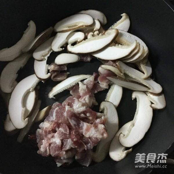芹菜肉片炒鸡蛋干的简单做法