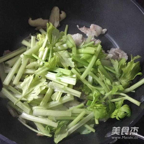 芹菜肉片炒鸡蛋干怎么吃