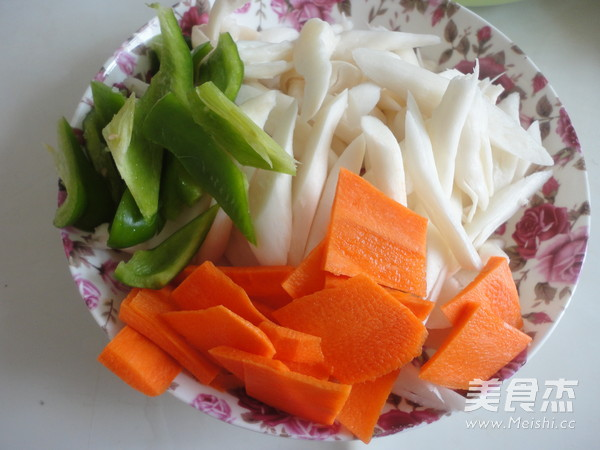 鸡腿菇炒肉的简单做法