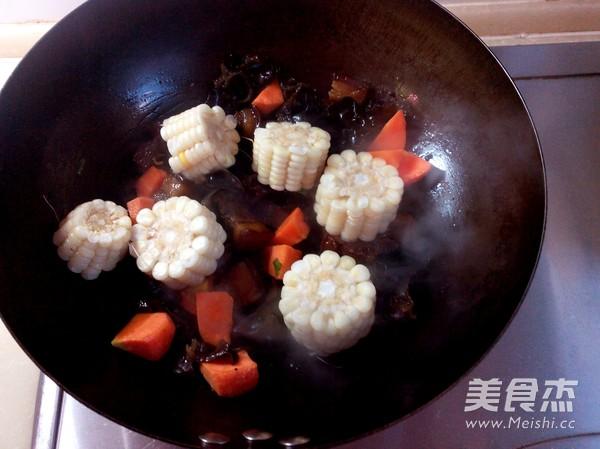 红烧肉炖糯玉米怎么做