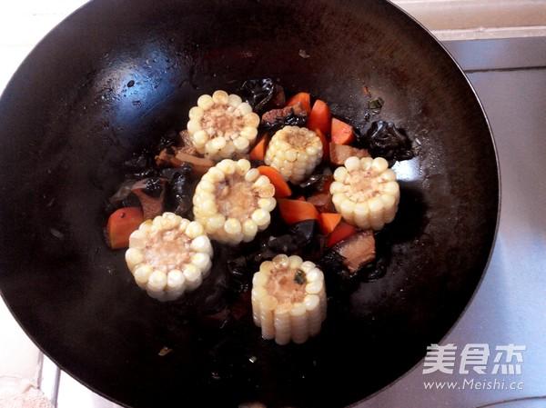 红烧肉炖糯玉米怎么煮