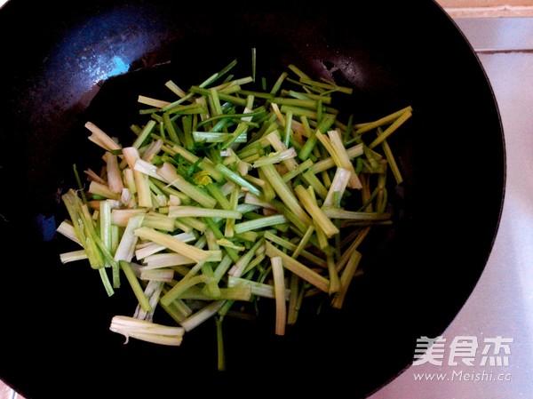 芹菜炒粉条的家常做法