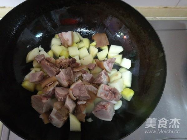 肘子肉炖土豆青椒怎么吃