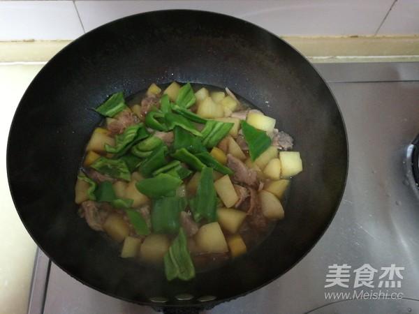 肘子肉炖土豆青椒怎么煮
