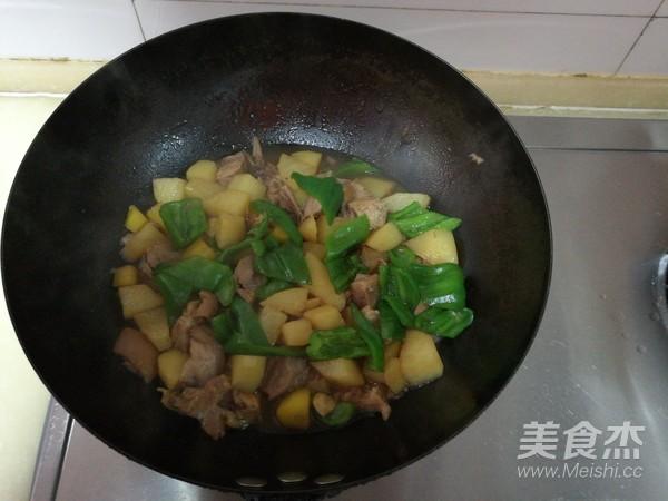 肘子肉炖土豆青椒怎么炖