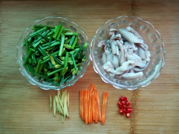 韭菜苔炒鱿鱼的简单做法