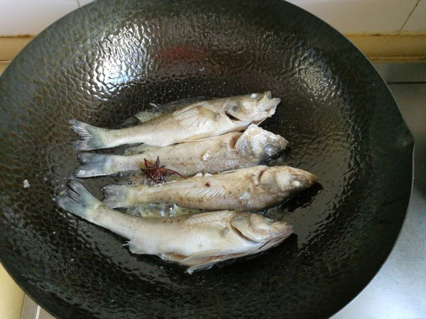 鲈鱼炖花生米怎么做