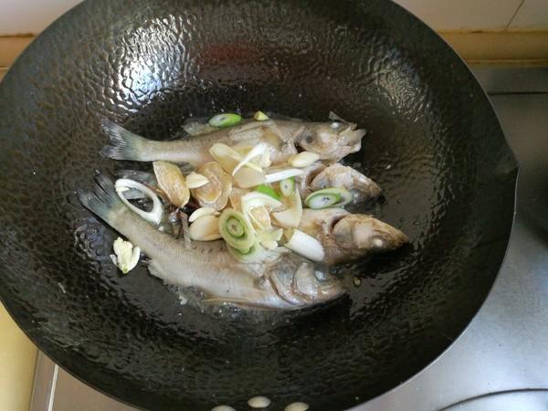 鲈鱼炖花生米怎么炒