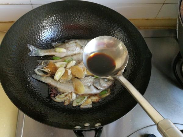 鲈鱼炖花生米怎么煸