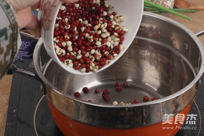 红豆薏米祛湿粥哦    适合多雨的季节的家常做法