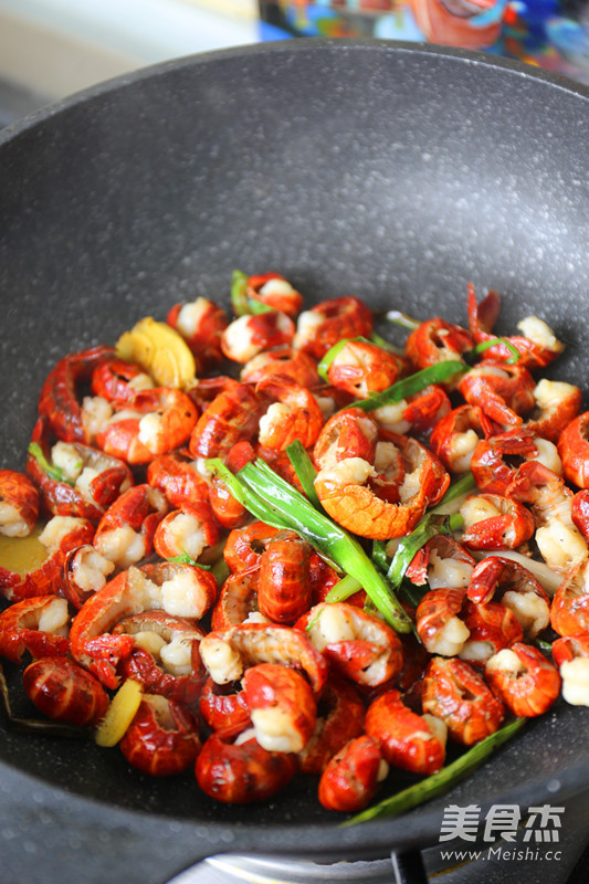 葱爆椒盐虾球的简单做法