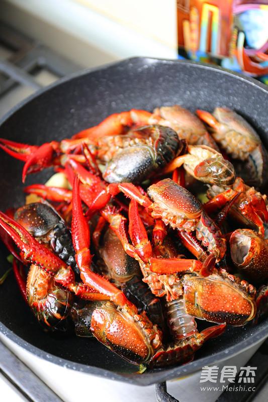 油焖龙虾怎么吃