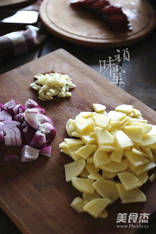 土豆腊肉焖饭的家常做法