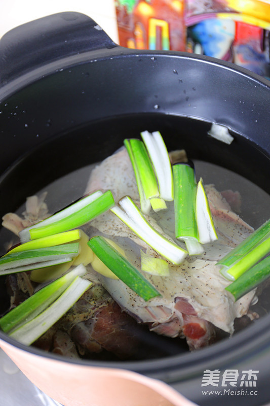 卤香牛肉风味酱拌面的简单做法
