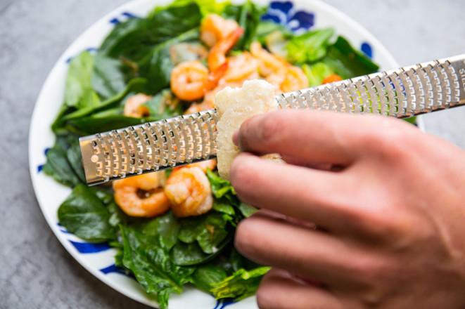 炒虾仁菠菜沙拉的步骤