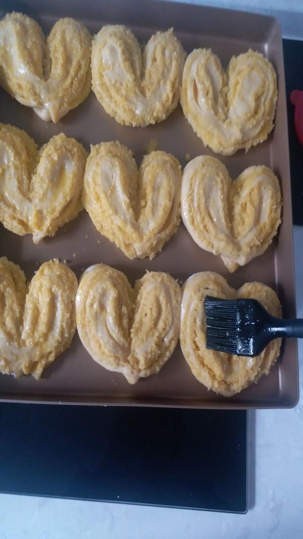 柔软香甜的心形椰蓉奶香包的做法大全