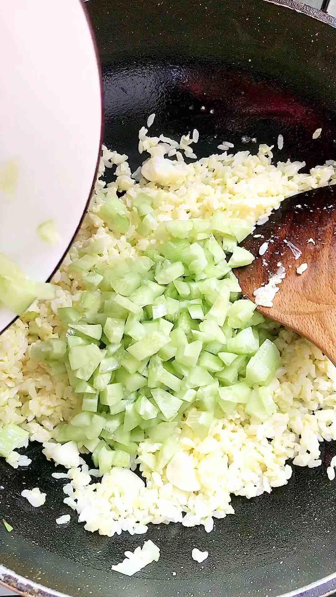 黄瓜鸡蛋炒米饭怎么做