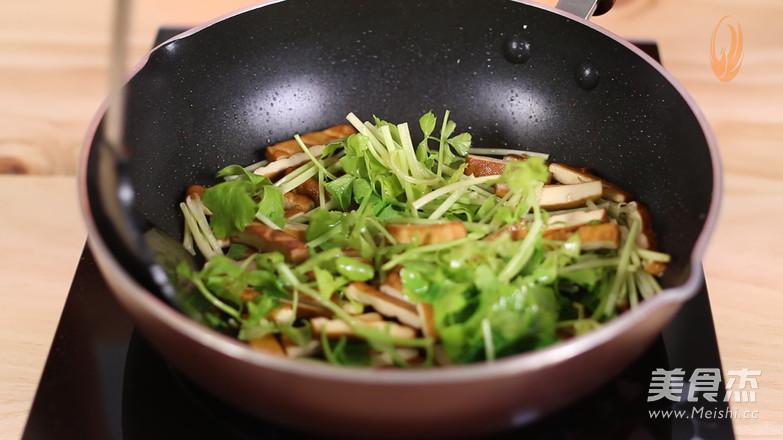 芹菜香干炒肉片怎么煸